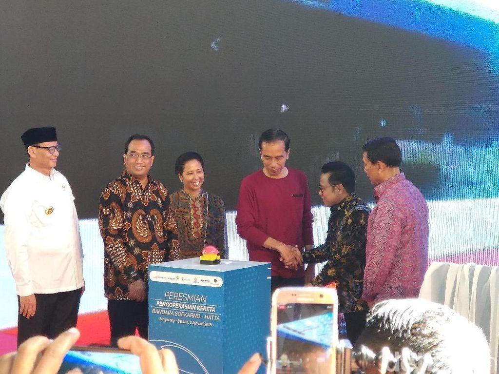 Gaya Kasual Jokowi Berkaus Saat Resmikan Kereta Bandara