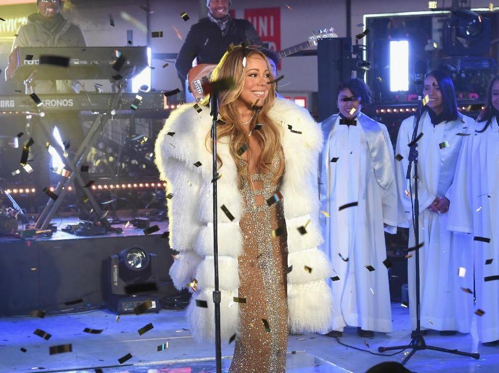 Foto: Mariah Carey Seksi Bergaun Transparan di Pesta Tahun Baru 2018
