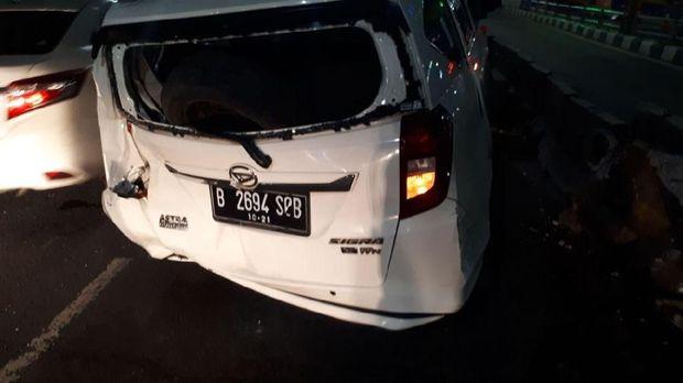 Mobil Daihatsu Sigra Tabrak Separator Busway di Kuningan