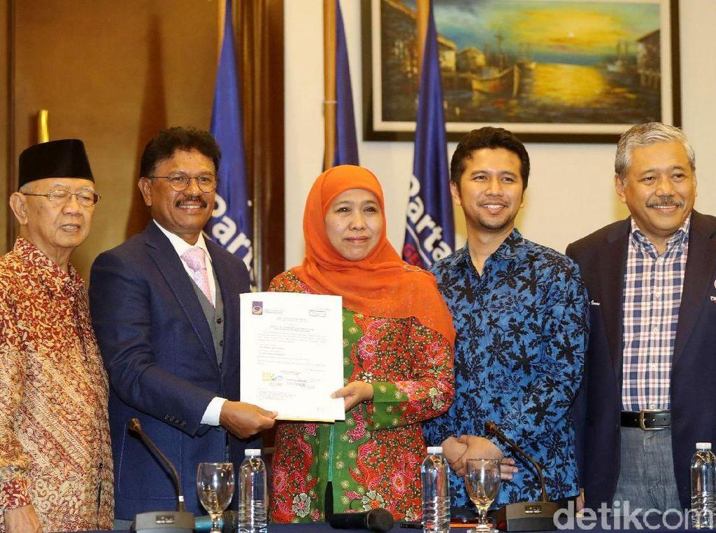 Senyum Khofifah-Emil Dardak Terima Surat Dukungan dari NasDem