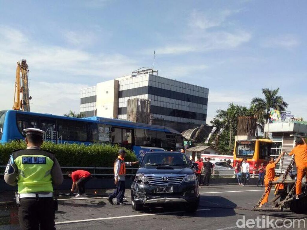 2 Mobil Tabrakan di Tol Cawang, 2 Orang Terluka
