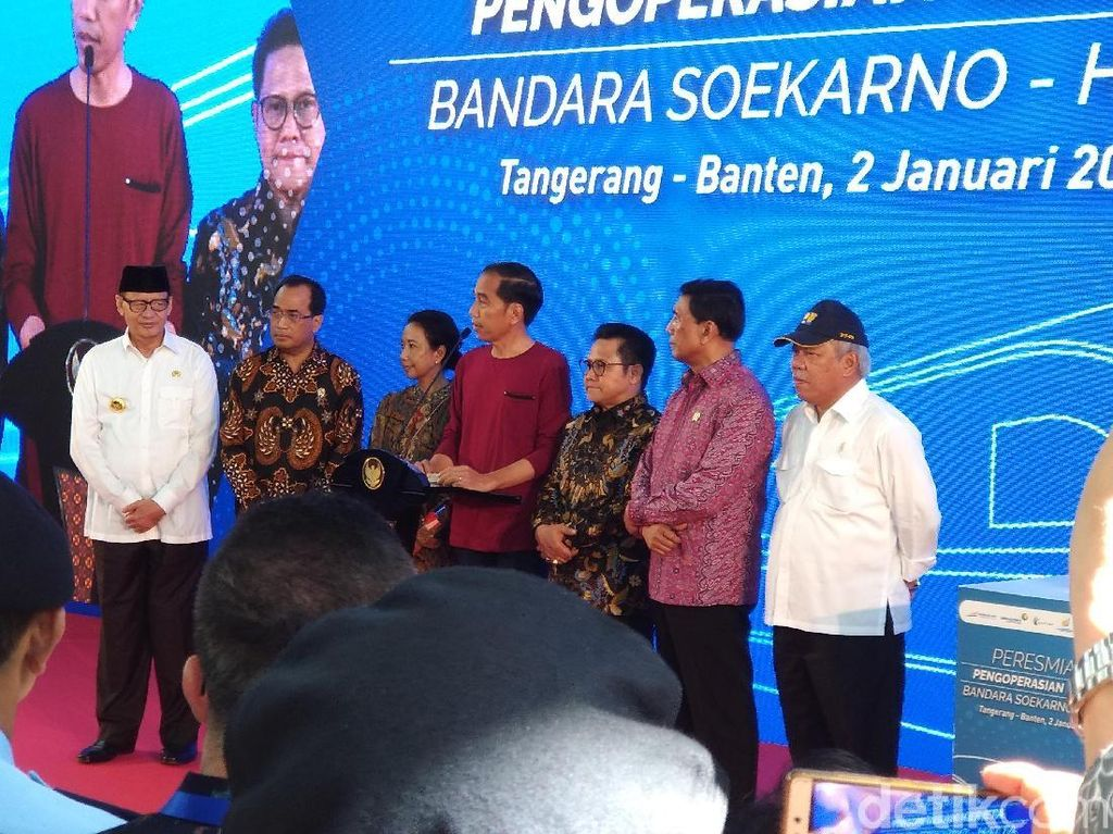 Gaya Santai Jokowi Resmikan Kereta Bandara Soetta