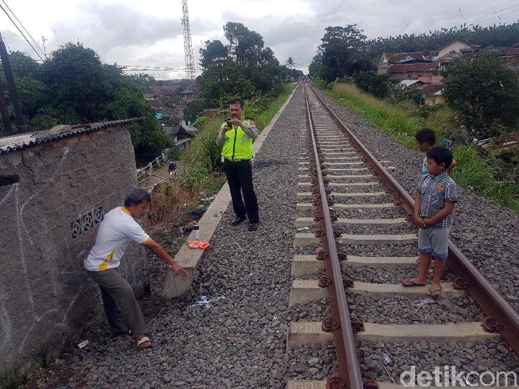 Asyik Main Ponsel, Putri Tewas Terserempet Kereta di Sukabumi