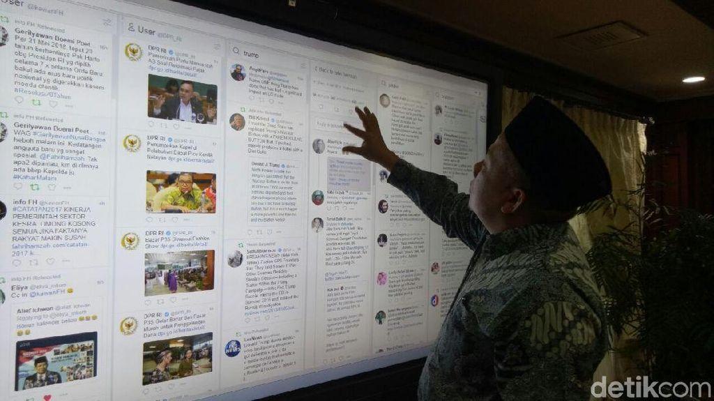 Foto: Gaya Fahri Hamzah yang Asyik Main Twitter di Layar Jumbo DPR