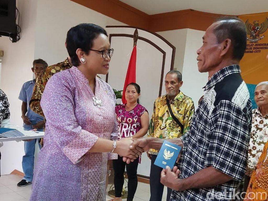 Menlu Bagikan Paspor untuk Keturunan Indonesia di Filipina Selatan