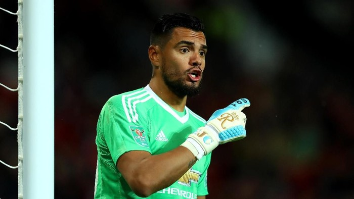MANCHESTER, ENGLAND - SEPTEMBER 20: Sergio Romero of Manchester United gives his team instructions during the Carabao Cup Third Round match between Manchester United and Burton Albion at Old Trafford on September 20, 2017 in Manchester, England.  (Photo by Richard Heathcote/Getty Images)