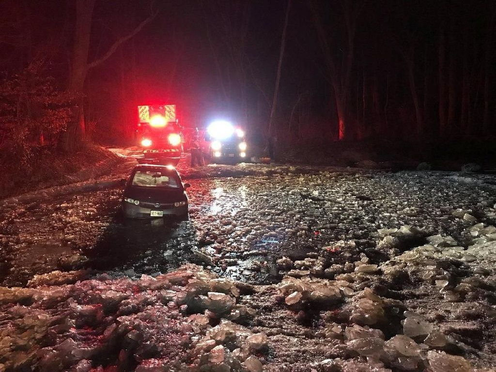 Duh! Mobil Ini Terjebak Saat Coba Seberangi Sungai Beku di Maryland