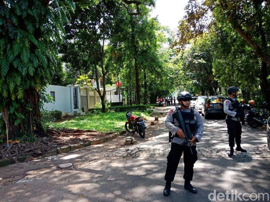 Suasana Tim Gegana Cek Paket Mencurigakan di Rumah Dubes Myanmar