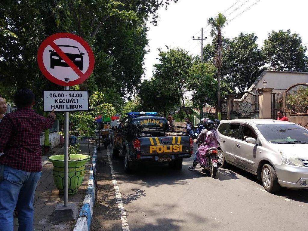 Langgar Larangan Masuk, Mobil Polisi di Probolinggo Ditabrak MPV