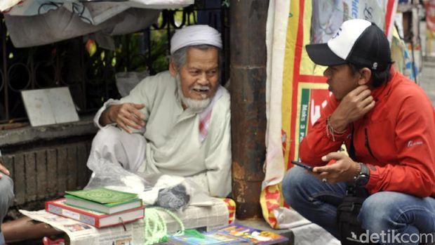 Abah Komar, Kakek 76 Tahun Penjual Kitab di Trotoar Sukabumi