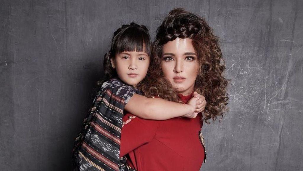 Foto: Adu Gaya 10 Mamah Muda Indonesia saat Pose Fierce Bersama Anak