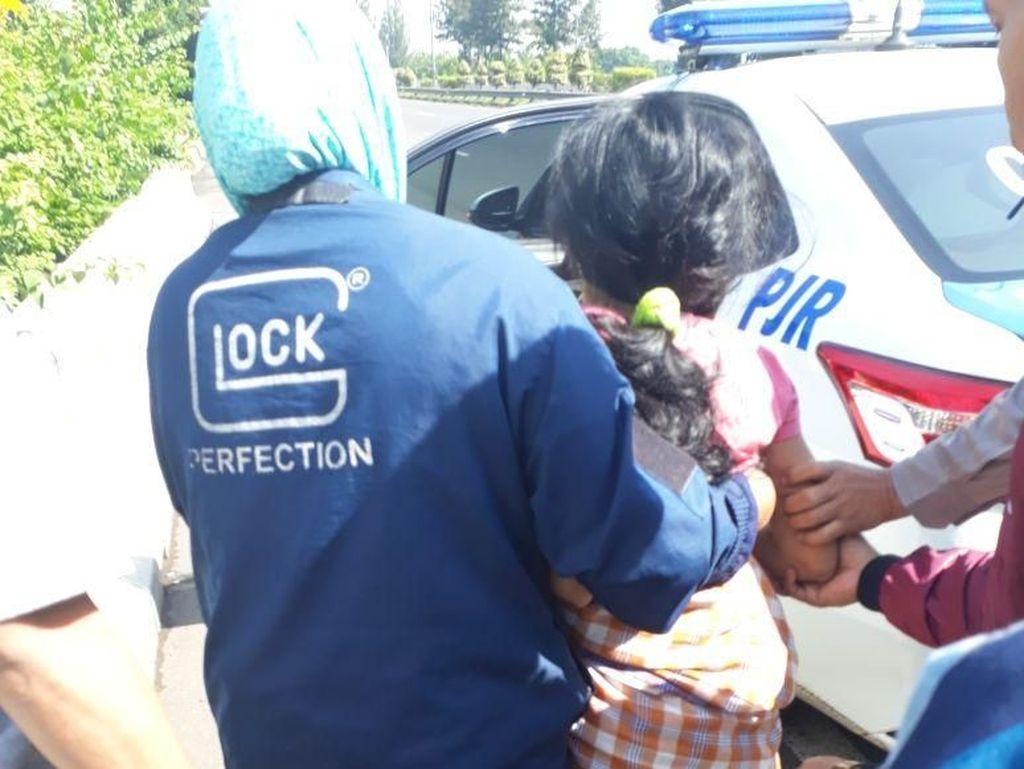 Video: Seorang Ibu Melahirkan di Mobil Patroli Polisi