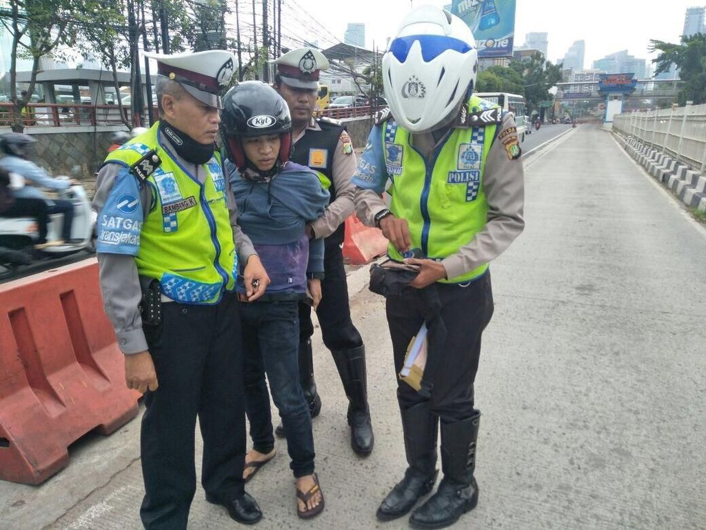 Pemotor Bawa Ganja Nyelonong Masuk Busway dan Tabrak Polisi