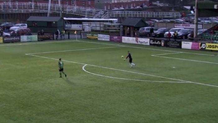 Kiper Lee Izzi mencetak gol pembuka 2018 di Wales lewat tembakan dari area gawang sendiri (Foto: Screenshot Facebook)