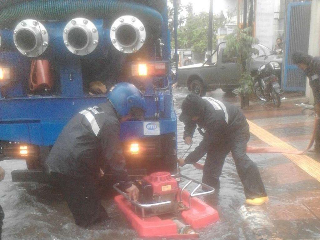 2 Jam Hujan Badai, Cileuncang Genangi Jalanan Kota Bandung