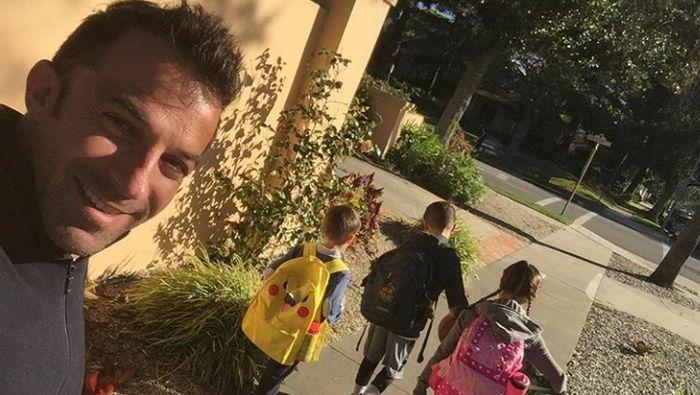 Setelah pensiun dari sepakbola pada 2015, Del Piero tentu punya lebih banyak waktu untuk keluarganya. Ini salah satu contohnya, di mana ia mengantar ketiga anaknya sekolah. (Foto: Instagram @alessandrodelpiero)