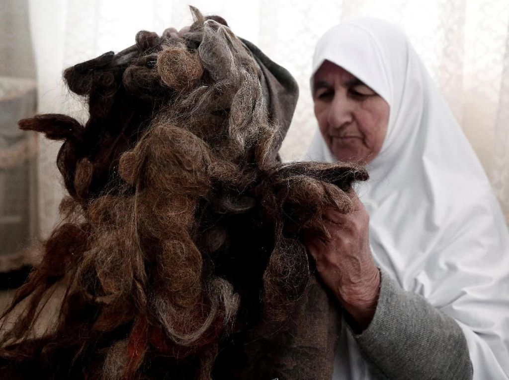 Wanita Palestina Ini Kumpulkan Rambutnya Selama 67 Tahun