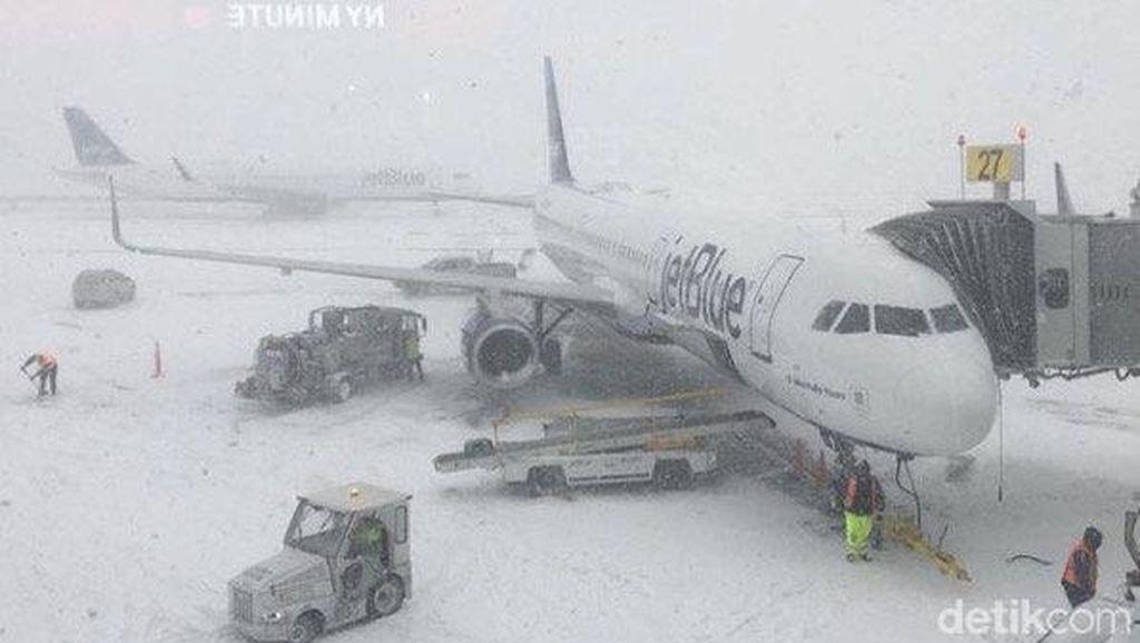 Foto: Landasan Bandara JFK New York yang Memutih Akibat Badai Salju
