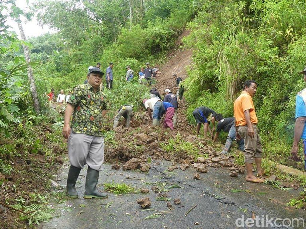 Tebing Longsor di Banjarnegara Tutup Jalan Kabupaten