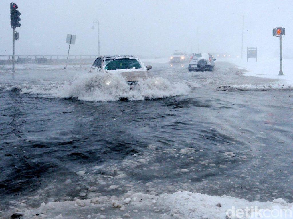 Foto: Warga AS Susah Payah Hadapi Badai Salju