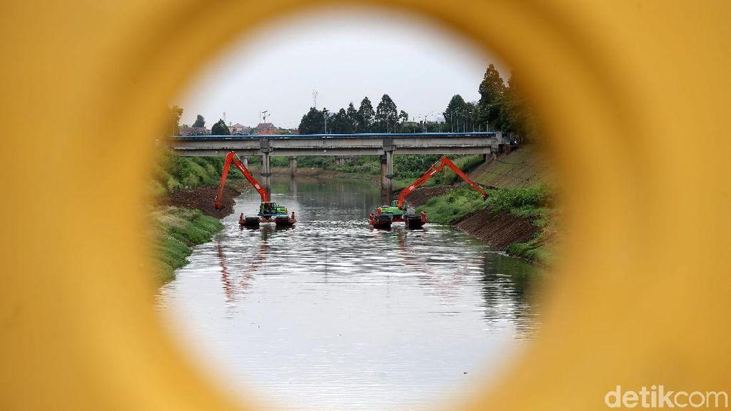 Melihat Pengerukan Kanal Banjir Timur