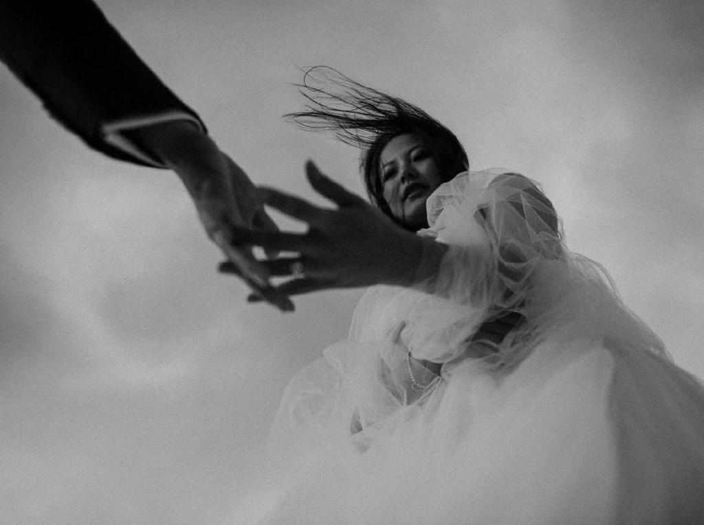 Viral Video Pengantin Hampir Terbawa Arus Saat Foto Pernikahan di Pantai