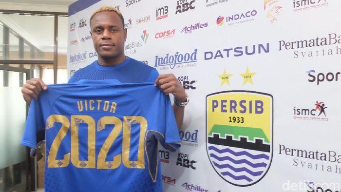 Victor Igbonefo memajang seragam Persib Bandung. (Foto: Mochamad Solehudin/detikcom)