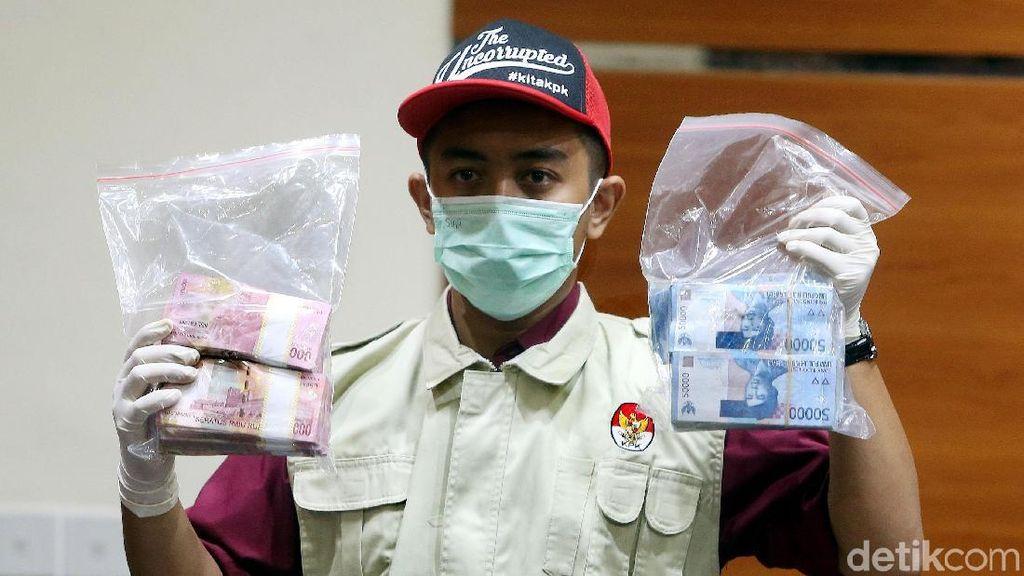 Ini Barang Bukti Uang Suap Bupati HST Abdul Latif