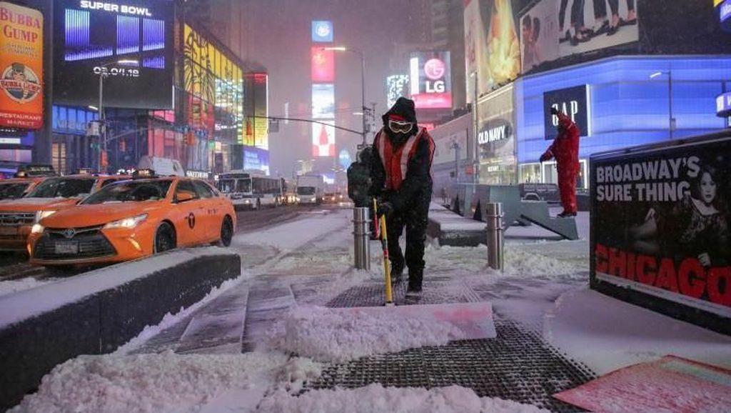 Foto: Sibuknya Para Petugas Bersihkan Salju di Times Square