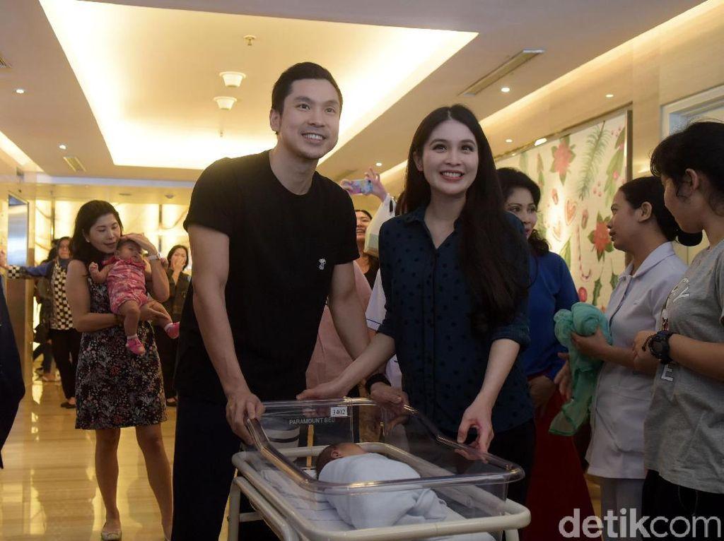 Potret Bahagia Keluarga Kecil Sandra Dewi