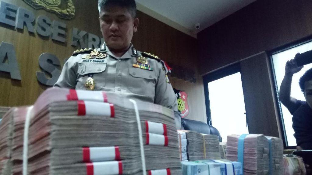 Menumpuk! Ini Duit Rp 1 M Hasil Penggeledahan Kantor Pemkot Makassar