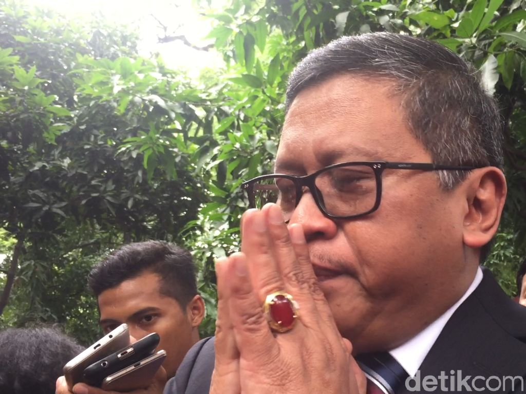 Foto: Tangis Pecah Sekjen PDIP Saat Bicara Mundurnya Azwar Anas