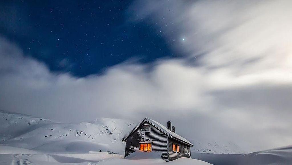 Potret Indah Rumah Kecil Kesepian di Hamparan Salju