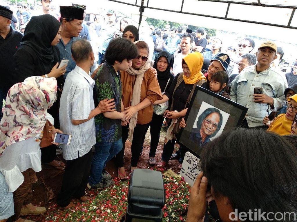 Tangis Haru Keluarga di Pemakaman Yon Koeswoyo