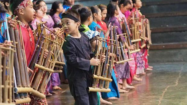 BANDUNG, INDONESIA – 3 JANUARI: Sekelompok anak-anak menampilkan kesenian dengan angklung, sebuah instrumen tradisional dari Indonesia, di Saung Angklung Udjo yang terletak di Bandung, Indonesia pada 3 Januari 2017. Pada tahun 2010, UNESCO secara resmi mengakui angklung sebagai Masterpiece of Oral and Intagible Heritage of Humanity.  ( Mahendra Moonstar - Anadolu Agency )