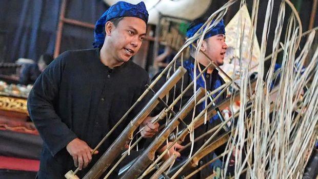 BANDUNG, INDONESIA – 3 JANUARI: Musisi tradisional tampil dengan angklung, sebuah instrumen tradisional dari Indonesia, di Saung Angklung Udjo yang terletak di Bandung, Indonesia pada 3 Januari 2017. Pada tahun 2010, UNESCO secara resmi mengakui angklung sebagai Masterpiece of Oral and Intagible Heritage of Humanity. ( Mahendra Moonstar - Anadolu Agency )