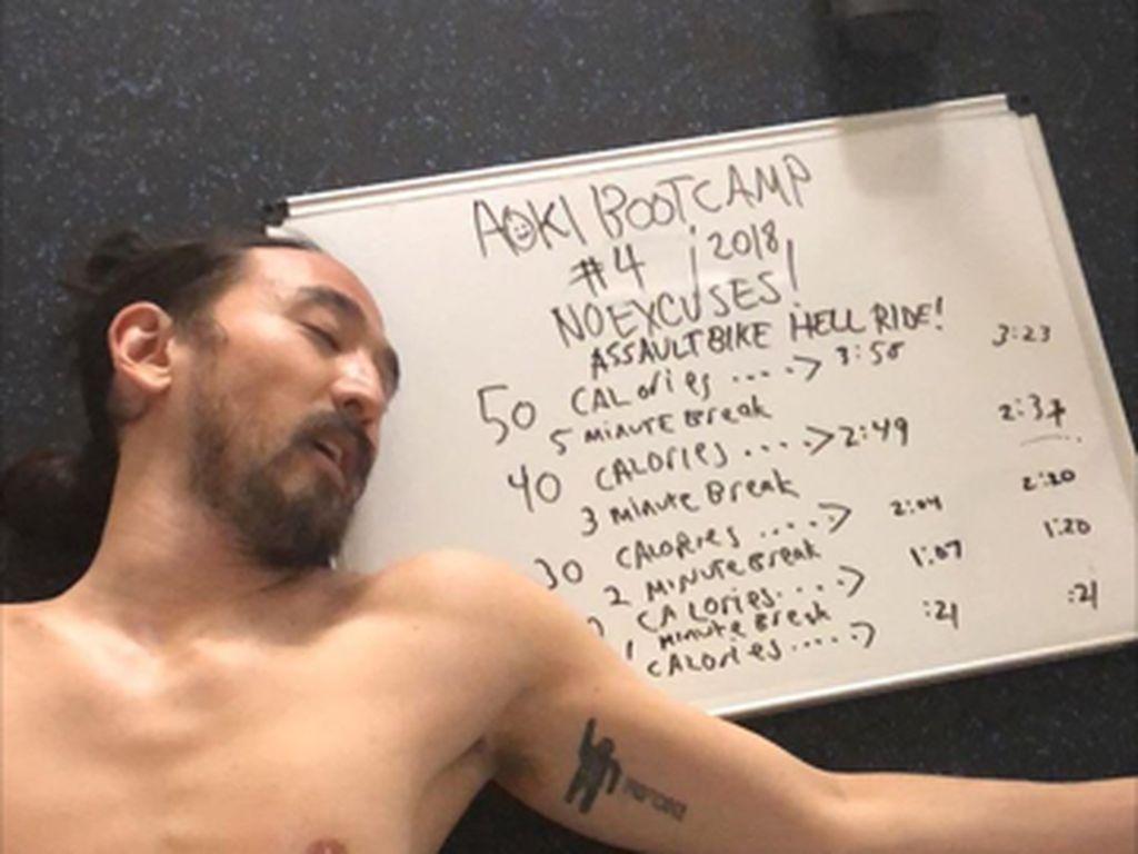 Penampakan DJ Kondang Steve Aoki Terkapar Usai Latihan Kardio