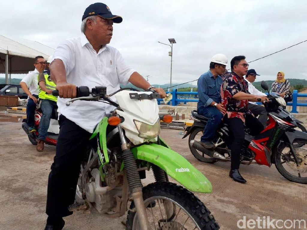 Naik Motor Trail, Menteri PUPR Cek Kado Jokowi untuk NTT