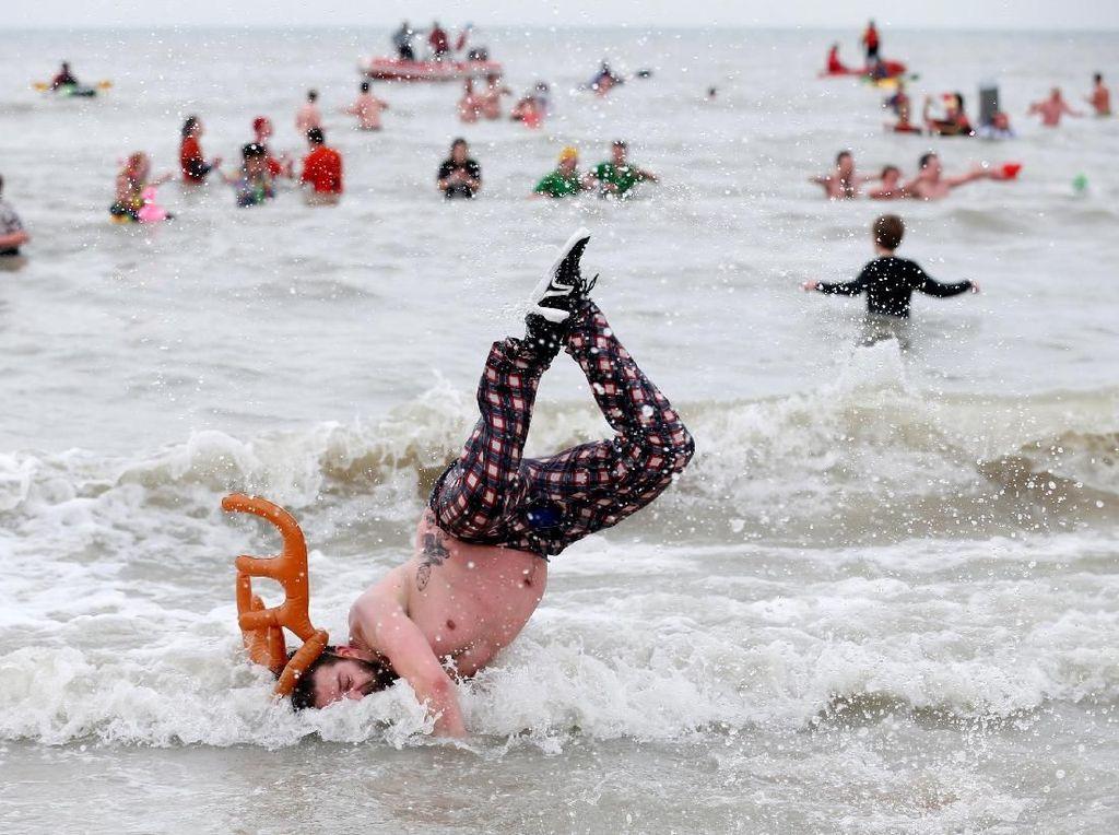 Foto: Dingin-dingin, Ribuan Warga Belgia Nyebur ke Laut