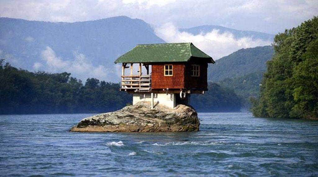 Lebih dari 40 Tahun, Rumah Ini Nongkrong di Tengah Sungai