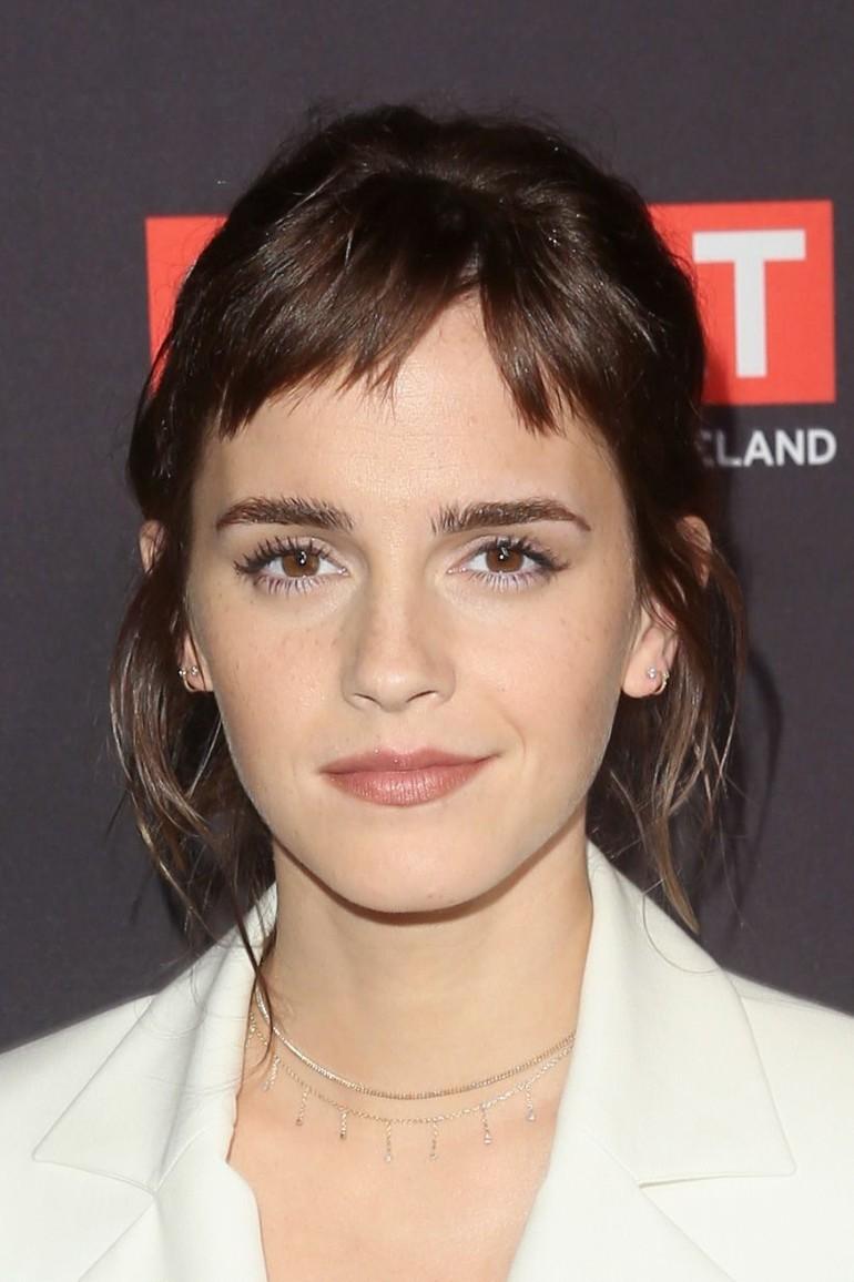 2. Emma Watson. Emma Watson juga tak sering tampil dalam film namun pesona pemain Harry Potter ini masih diingat para penggemar. Ia pun jadi wanita tercantik kedua dalam dekade ini. Foto: Jesse Grant/Getty Images