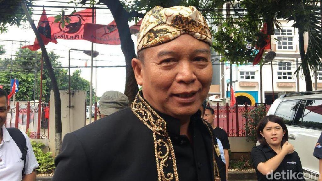 Diumumkan Jadi Cagub Jabar, TB Hasanuddin Berbaju Adat Sunda