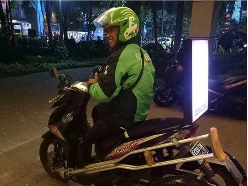 Pakai Motor Roda 3, Semangat Driver Go-Jek Difabel Ini Tak Surut
