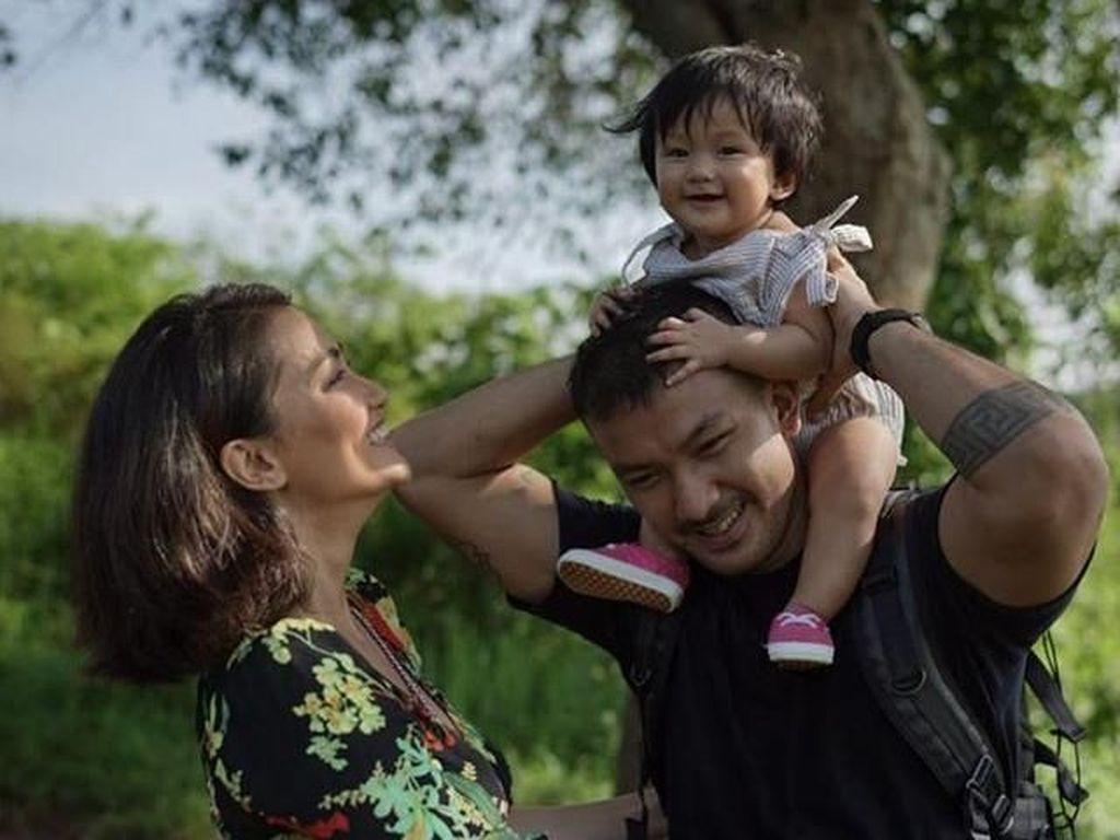 Kisah Cinta Rio Dewanto-Atiqah, Bukti Pria Lebih Muda Tak Masalah
