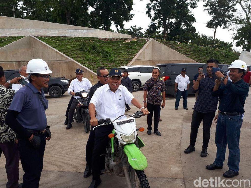 Naik Motor Trail, Menteri Basuki Cek Bendungan Raknamo