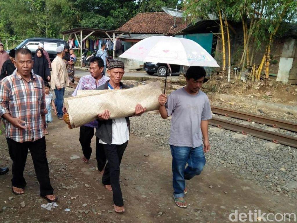Tangis Haru Iringi Pemakaman Bayi di Sukabumi yang Diracun Ayah
