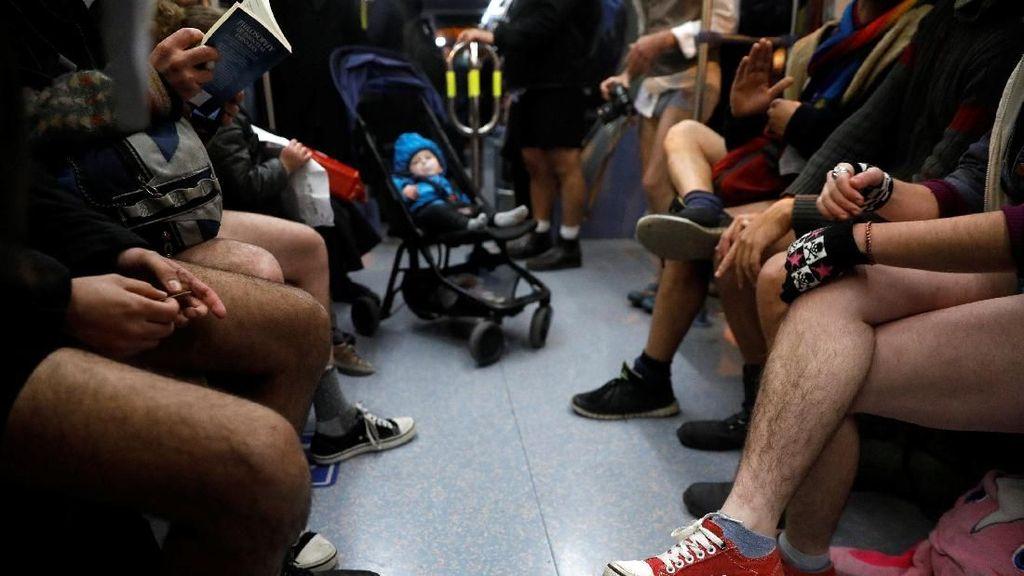 Duh! Puluhan Warga Israel Naik Kereta Tanpa Celana