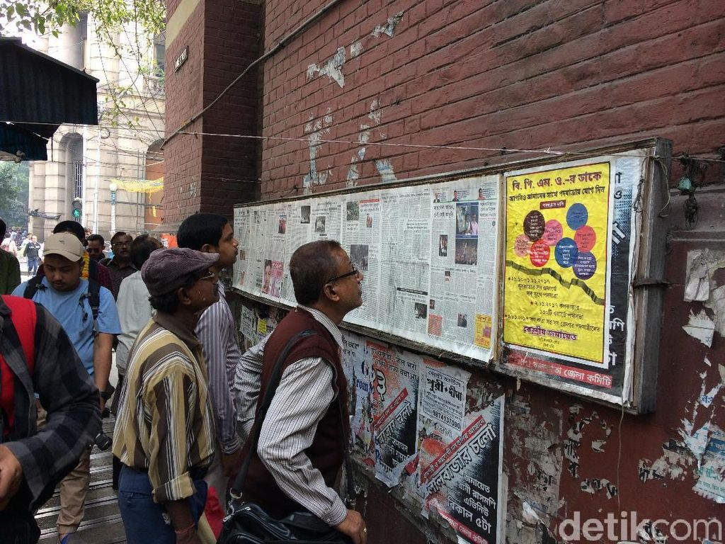 Warga Kolkata Masih Baca Majalah Dinding Lho!