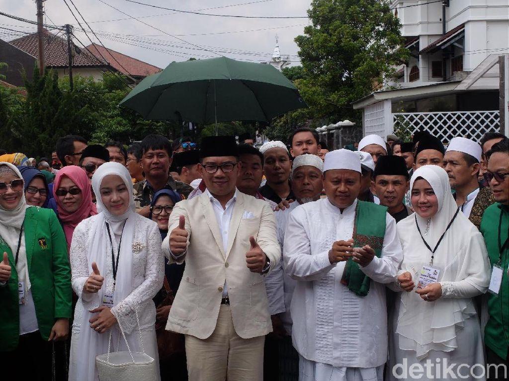 Jalan Kaki Menuju KPU, Ridwan Kamil-Uu Terus Tebar Senyum