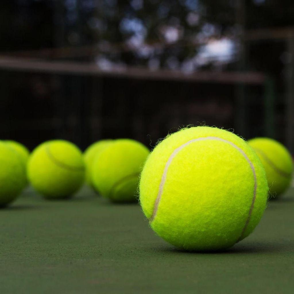 Kesal Timnya Main Hari Senin, Suporter Lempar Ribuan Bola Tenis ke Lapangan